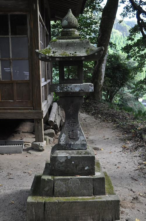 倉谷神社の石灯籠