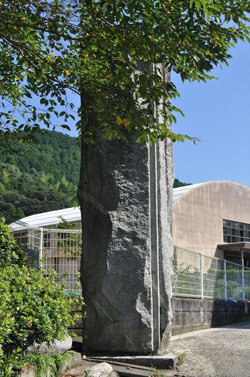 脊振小学校の石門